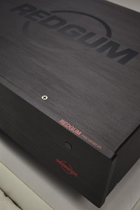 [Amplificatore integrato REDGUM Black Series - vista dall'alto]